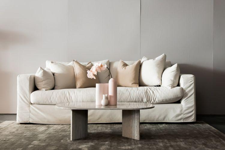 Ilustrasi sofa putih.
