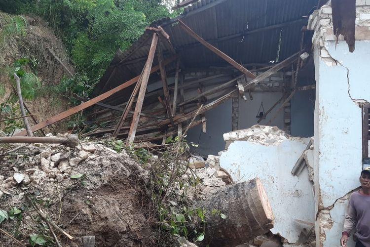 Pondok pesantren Annidzomiyah Dusun Jepun, Desa Bindang, Kecamatan Pasean tertimbun longsor pada Selasa (23/2/2021) malam. 5 santri putri tewas karena tertimbun longsor. 3 santri sudah ditemukan, 2 santri masih tertimbun tanah.