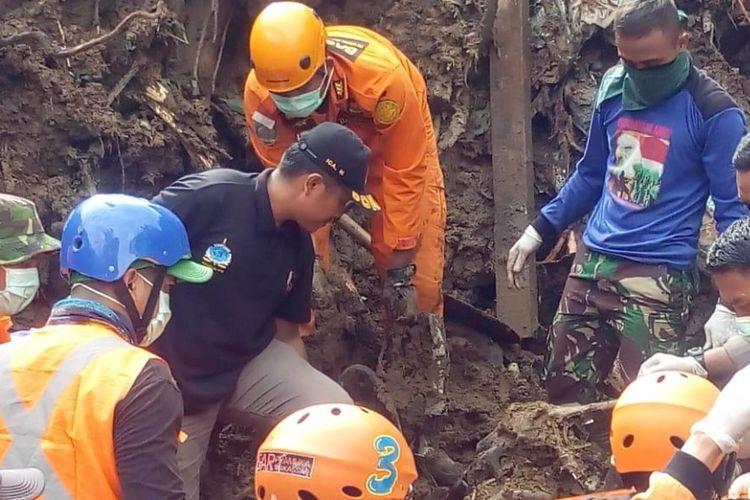 Tim SAR gabungan tengah mengevakuasi jemazah korban longsor dari puing rumah yang tertimbun di Desa Mangngempang, Kecamatan Bungaya, Kabupaten Gowa, Sulawesi Selatan. Sabtu, (26/1/21019).