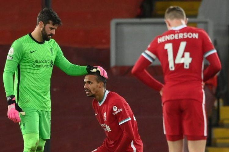 Bek Liverpool, Joel Matip, tampak kesakitan saat tampil pada laga kontra West Bromwich Albion, Minggu (27/12/2020) malam WIB.