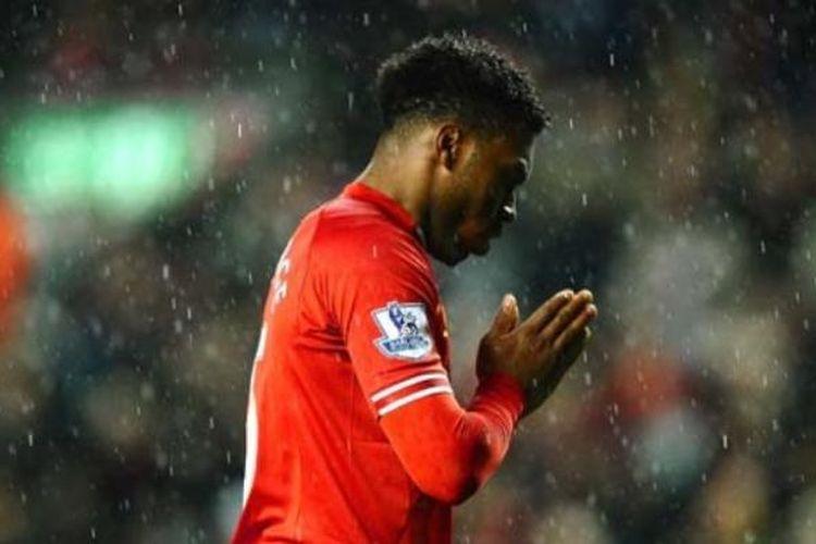 Ekspresi penyerang Liverpool, Daniel Sturridge, usai gagal mengeksekusi penalti saat melawan Everton, Selasa (28/1/2014).