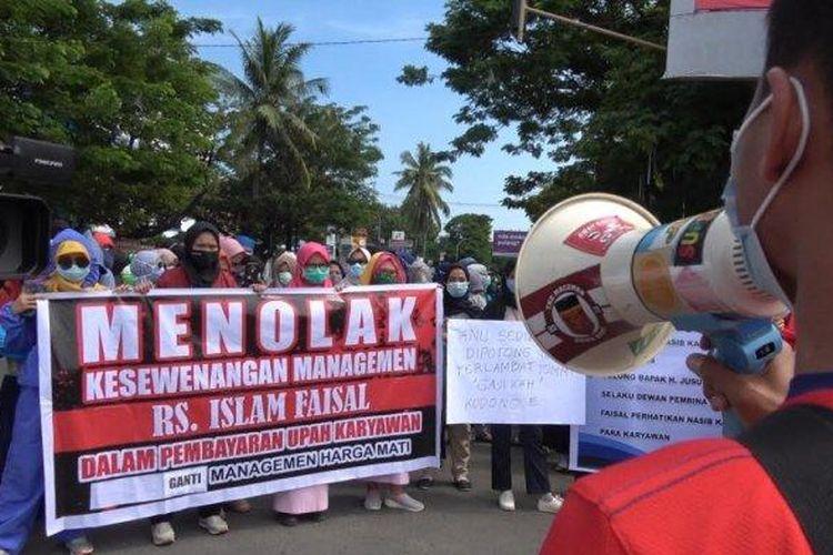 Karyawan Rumah Sakit Islam (RSI) Faisal Makassar kembali menggelar demonstrasi menuntut hak mereka, Kamis (2/7/2020). Ini kali kesekian para karyawan yang terdiri dari tenaga medis dan nonmedis ini melakukan demonstrasi.