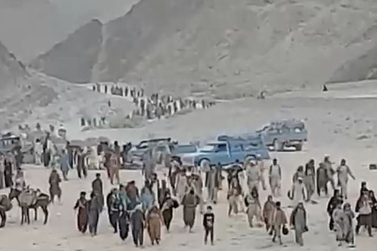 Rekaman di padang gurun menunjukkan skala luar biasa dari eksodus warga Afghanistan yang melarikan diri dari negara mereka menuju ke barat.