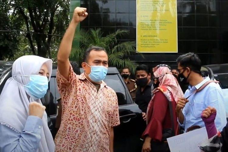 Saiful Mahdi, Dosen Universitas Syiah Kuala, mengangkat tangannya dan mengucapkan takbir saat akan memasuki Lapas Kelas II A Lambaro, Aceh Besar. Ia akan menjalani vonis tiga bulan penjara karena terbukti melanggar UU ITE, akibat melontarkan kritik pedas terkait sistem di USK.*****