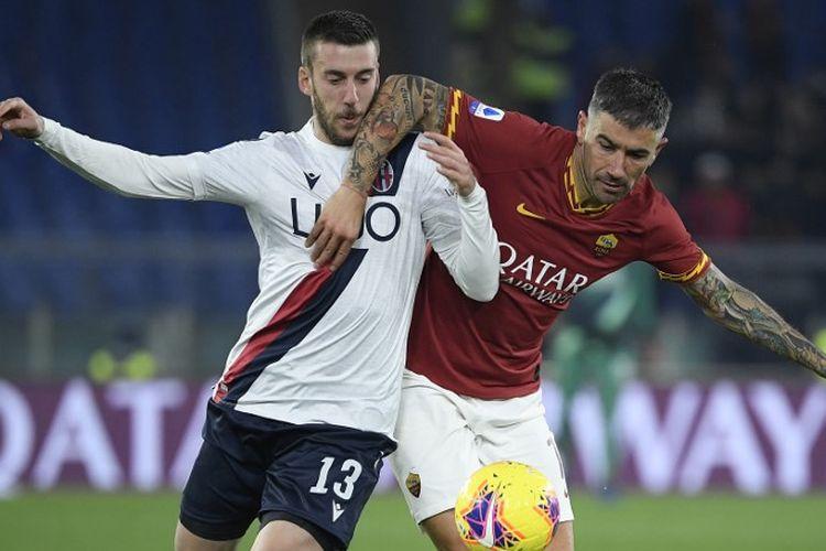 Bek AS Roma Serbia Aleksandar Kolarov (kanan) ditangani oleh bek Bologna Italia Mattia Bani selama pertandingan sepak bola Serie A Italia antara AS Roma dan Bologna pada 7 Februari 2020 di stadion Olimpiade di Roma.