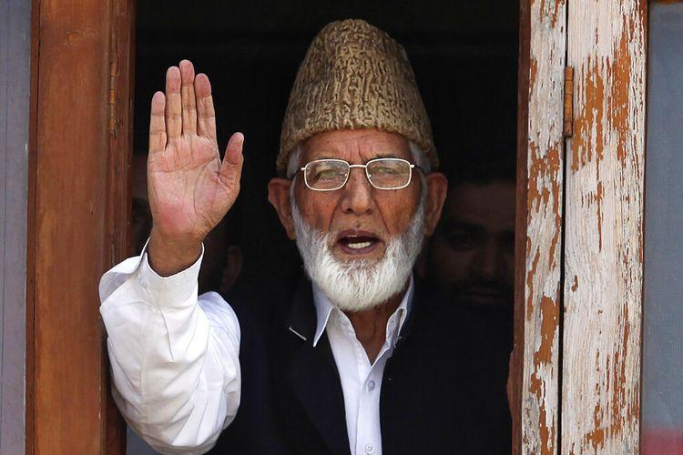 FILE - Pada Rabu, 8 September 2010, file foto, pemimpin separatis Kashmir Syed Ali Shah Geelani melambai ke media sebelum penangkapannya di Srinagar, India.