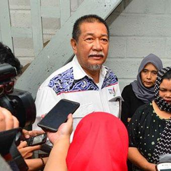 Wakil Gubernur Jawa Barat Deddy Mizwar mengunjungi rumah Ade Sudrajat, korban banjir di Bandung yang meninggal dunia di Jalan Hegarmanah Kulon Gang Ranim, Kecamatan Cidadap, Kota Bandung, Selasa (25/6/2016). / Dok. Pemprov Jabar