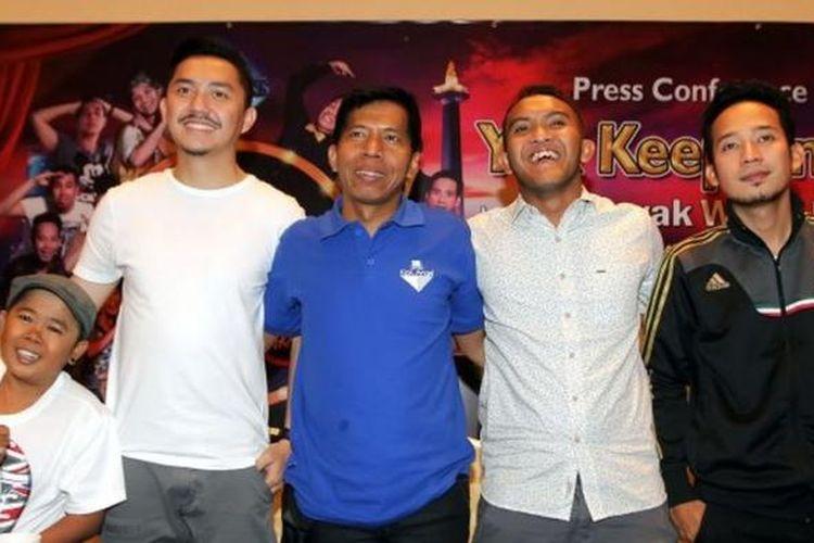 Para bintang Yuk Keep Smile (YKS), yaitu Adul, Omes, Kiwil, Caisar, dan Denny (dari kiri ke kanan), berfoto bersama sesudah jumpa pers road show Yuk Keep Smile: Hura Hurain Jakarta, Sabtu (23/11/2013) di Jakarta.