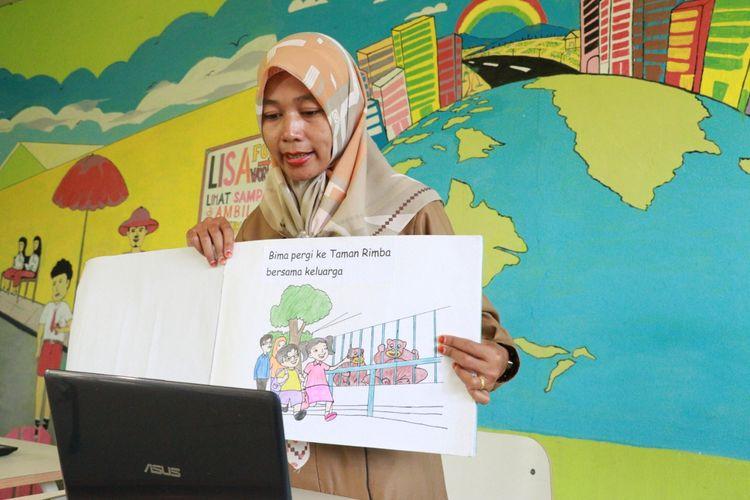 Salah seorang guru di Batanghari mengajar menggunakan buku besar via daring.