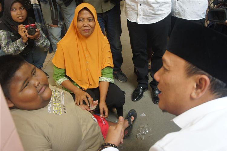 Wakil Bupati Karawang Ahmad Zamakhsyari tengah merayu Satya agar mau diobservasi dokter RSUD Karawang, Rabu (3/7/2019)