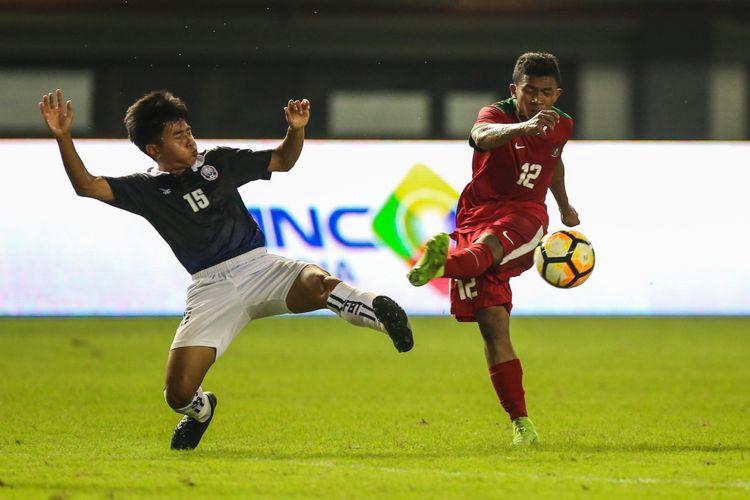 Pemain timnas Indonesia U-19 M Rifad Marasabessy (kanan) melakukan tembakan ke arah pemain timnas Kamboja U-19 di Stadion Patriot Candrabaga, Bekasi, Jawa Barat, Rabu (4/10/2017). Timas Indonesia U-19 Menang 2-0 melawan Timnas Kamboja U-19.