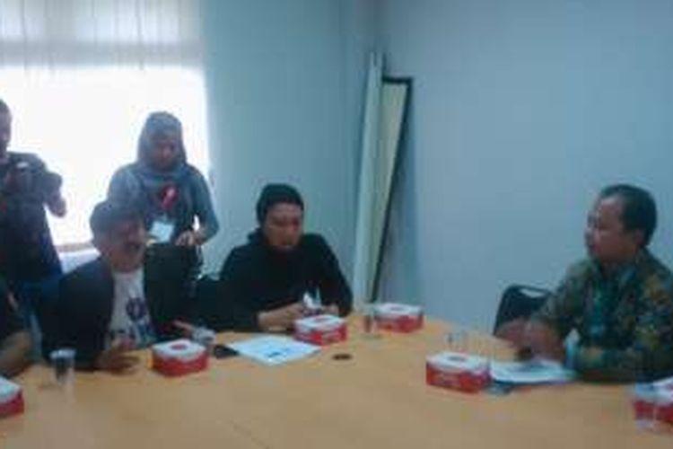 Aktivis perempuan Ratna Sarumpaet bersama perwakilan Aliansi Gerakan Selamatkan Jakarta (GSJ) menemui Ketua KPU DKI Sumarno di lantai 4 Gedung KPU DKI Jakarta, Jalan Salemba Raya, Jakarta Pusat, Rabu (21/9/2016) sore.