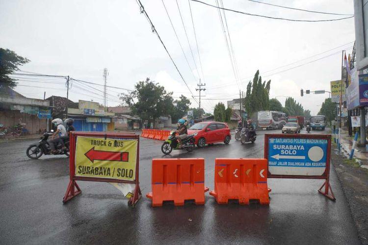 Inilah salah satu ruas jalan Soekarno-Hatta Kota Madiun yang ditutup untuk membatasi pergerakan warga dan mencegah penularan Covid-19