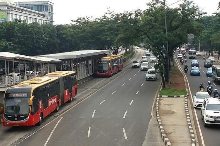 Suasana lalu lintas di Bundaran Senayan, Jakarta Selatan pada Selasa (5/1/2016)