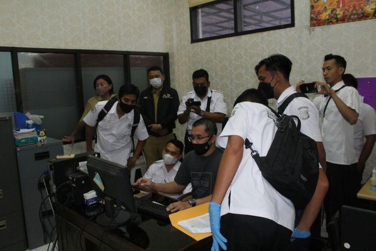 Polres Jember saat melakukan Penggeledahan kantor UKPBJ Pemkab Jember terkait dugaan kasus korupsi pasar balung kulon
