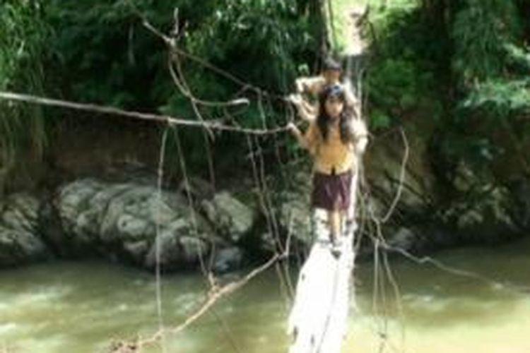 Ilustrasi: Demi bersekolah ke Kota Mamasa, warga Desa Osango, Kecamatan Mamasa, Sulawesi Barat setiap hari harus berjuang mengalahkan ketakutan mereka agar bisa menyeberangi jembatan gantung yang terbuat dari sebilah bambu.