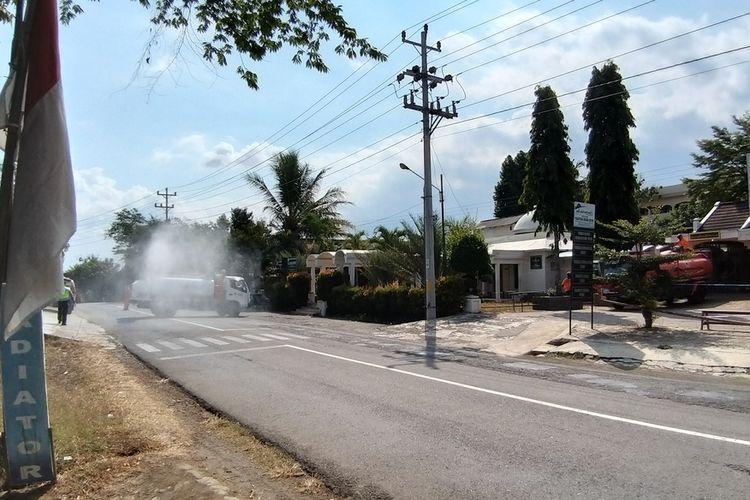 SEMPROT—Petugas BPBD Kabupaten Wonogiri dan PMI Wonogiri menyemprot disenfektan Pondok Sempon menyusul banyaknya santri yang terkonfirmasi positif Covid-19.