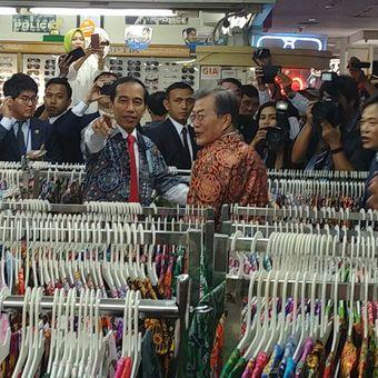 Presiden Joko Widodo dan Presiden Korsel Moon Jae-in menjajal batik di salah satu toko di Bogor Trade Mall di Bogor, Jawa Barat, Kamis (9/11/2017).