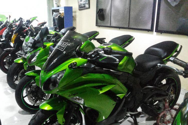 Sejumlah motor Kawasaki yang dijual diler moge seken R&J Motorsport yang beralamat di Jalan Jatiluhur, Duren Tiga, Jakarta Selatan, Jumat (9/2/2018).