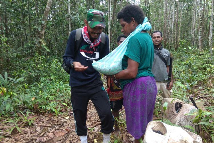 Perawat Tim Nusantara Sehat, Merixz, memberikan imunisasi di tengah hutan kepada seorang bayi berusia 2 bulan. Para tenaga kesehatan ini ditugaskan di Distrik Ninati, Boven Digoel, Papua.
