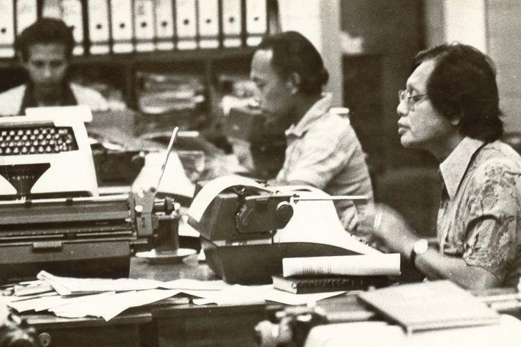 Suasana ruang redaksi harian Kompas saat masih menggunakan mesin tik. Pemimpin Umum Harian Kompas Jakob Oetama (kanan) tampak sedang mengetik.