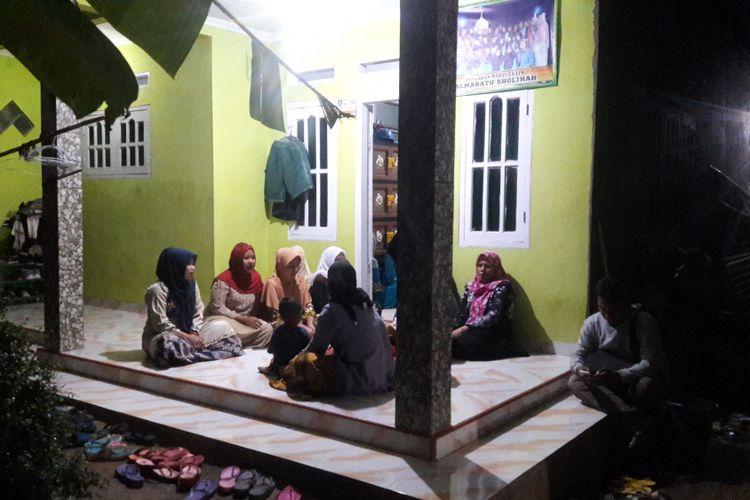 Ibu - ibu pengajian di Kampung Rancasumur, Kecamatan Pabuaran, Kabupaten Serang, Banten, menggelar pengajian sekaligus memanjatkan doa khusus menyambut bebasnya Siti Aisyah, Senin (11/3/2019) malam.