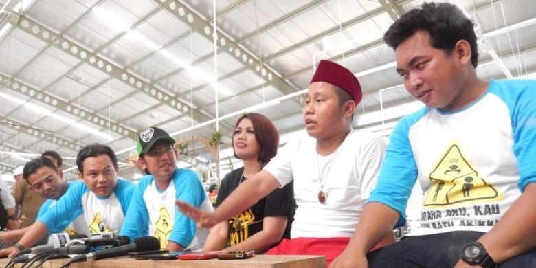 Band Wali bersama Narji Cagur (kedua dari kanan) dan Elly Sugigi (ketiga dari kanan) memberi keterangan mengenai lagu dan klip video Antara Aku, Kau & Batu Akikku, di tempat shooting klip video itu, City Market, Pondok Cabe, Tangerang Selatan, Selasa (10/3/2015).