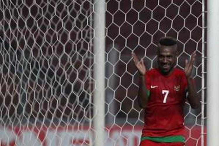 Pemain Indonesia Boaz Solossa meluapkan kegembiraan setelah berhasil mencetak gol ke gawang China pada babak kualifikasi Piala Asia 2015 di Stadion Utama Gelora Bung Karno, Jakarta, Selasa (15/10). Pertandingan berakhir imbang dengan skor 1-1.
