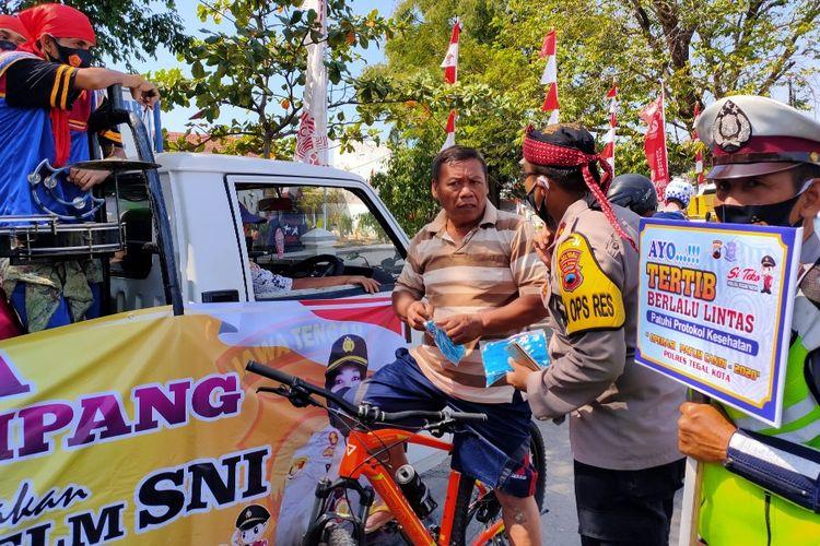 Pengguna jalan yang melintas tanpa memakai masker terjaring sosialisasi Patuh Candi 2020 yang digelar aparat Polres Tegal Kota, di Jalan Pancasila Kota Tegal, Kamis (30/7/2020).