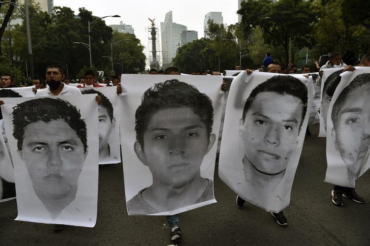 Ribuan orang berdemo di Mexico City pada 26 September 2020, untuk memperingati enam tahun 43 pelajar diculik pada 26 September 2014. Para siswa, yang datang melalui lima bus dihentikan oleh kepolisian di kota Iguala, Guerreo. Mereka diyakini diserahkan kepada kartel narkoba setempat, yang kemudian membunuh dan membakar jenazah mereka.