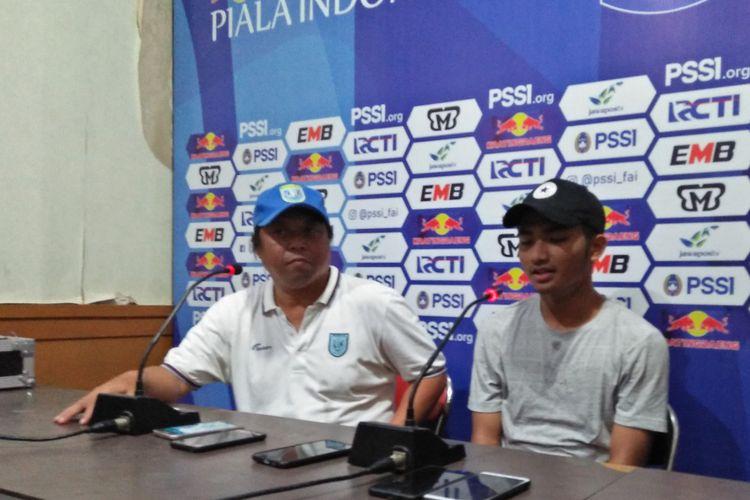 Muhammad Hambali Tolib (kanan) dan asisten pelatih Persela Lamongan, Danur Dara.