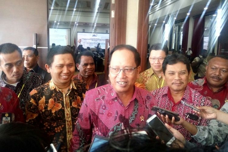 Menteri Riset, Teknologi, dan Pendidikan Tinggi (Menristekdikti) Mohamad Nasir seusai menghadiri Rapat Kerja Daerah (Rakerda) Kopertis Wilayah XIV Papua dan Papua Barat di Yogyakarta.