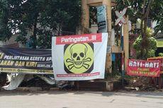Palang Pelintasan Kereta Bintaro Rusak, Warga Pasang Spanduk Tengkorak
