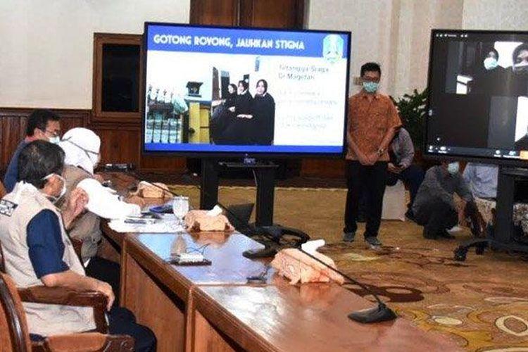 Gubernur Jatim, Khofifah Indar Parawansa saat teleconference dengan keluarga Endang Lestari, warga Dusun Panasan yang sudah dinyatakan sembuh dari Covid-19, Kamis (16/4/2020) malam.