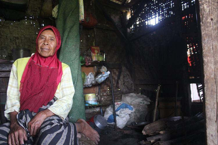 Mak Iah (70), janda tua asal Cianjur, Jawa Barat, tinggal di gubuk di tengah areal pesawahan dengan kondisi memprihatinkan. Ia terancam jadi gelandangan jika gubuknya digusur untuk kawasan perumahan. (KOMPAS.COM/FIRMAN TAUFIQURRAHMAN)
