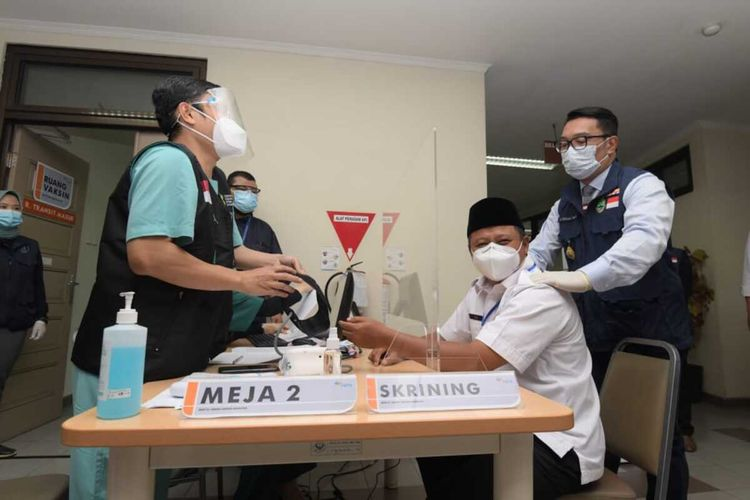 Wakil Gubernur Jawa Barat Uu Ruzhanul Ulum saat bercengkrama dengan Gubernur Jabar Ridwan Kamil di sela penyuntikan vaksin tahap I di rumah Sakit Hasan Sadikin, Kota Bandung, Kamis (14/1/2021).