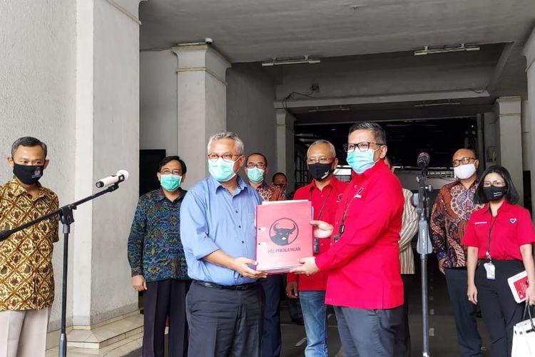Para pengurus PDI-P saat menyerahkan dokumen kepengurusan daerah ke KPU pada Selasa (4/8/2020). Penyerahan merupakan salah satu persyaratan Pilkada 2020.