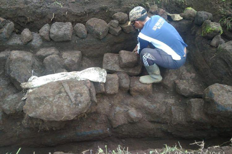 Benda diduga situs bersejarah ditemukan warga di lahan strawberry di Desa Sapikerep.