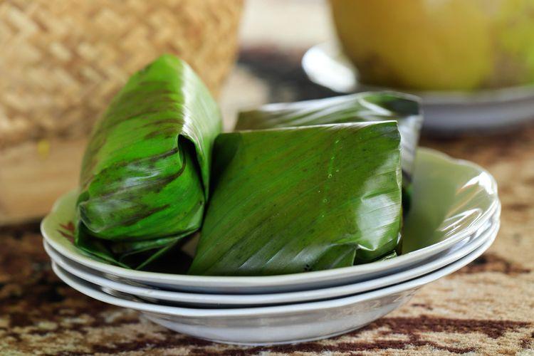 Ilustrasi nasi timbel khas Sunda. Nasi kukus bungkus daun pisang.