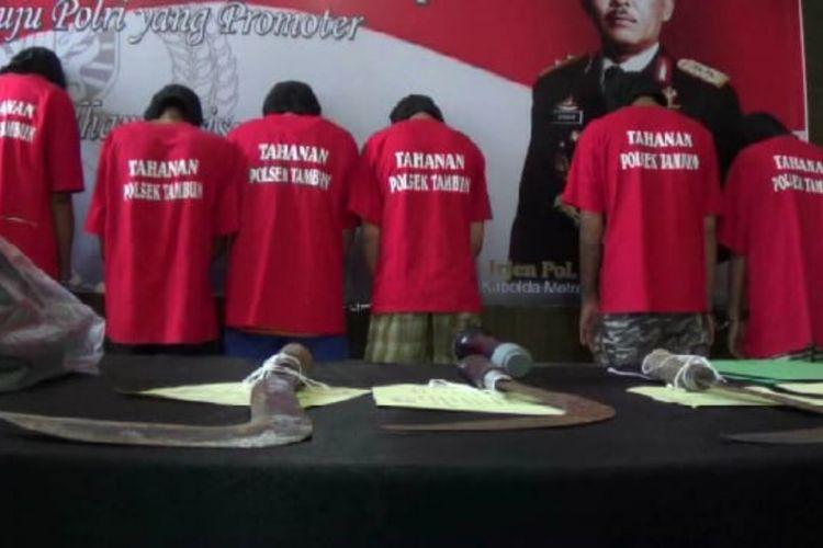 Tampak para pelaku yang begal anggota TNI dari Koramil 01 Tambun di Mapolres Metro Bekasi, Jumat (26/10/2018).