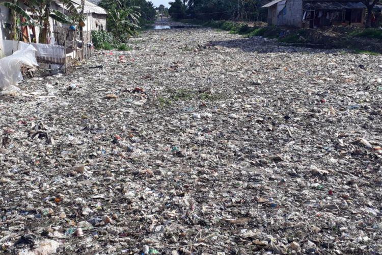 Tampak lautan sampah membentuk dataran baru di Kali Pisang Batu, Desan Pahlawan Setia, Tarumajaya, Kabupaten Bekasi, Kamis (3/1/2019).
