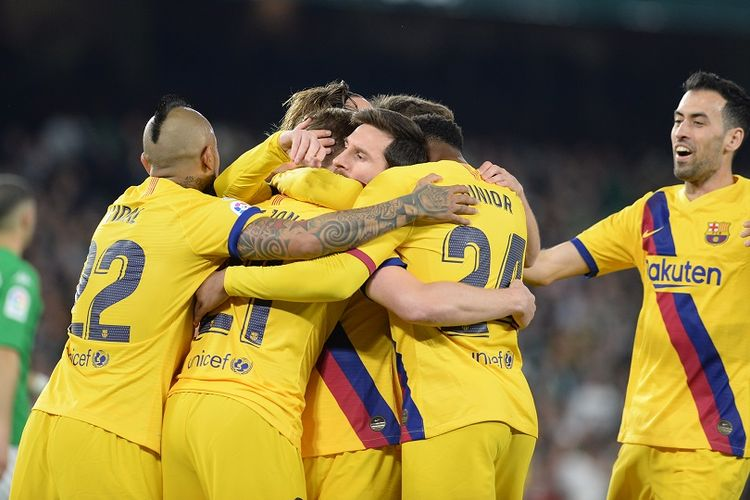 Pemain tengah Barcelona, Frenkie De Jong (2L), diberi selamat atas golnya oleh rekan setimnya selama pertandingan sepak bola liga Spanyol antara Real Betis dan FC Barcelona di stadion Benito Villamarin di Seville pada 9 Februari 2020.