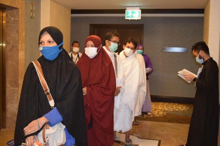 Jemaah umrah asal Indonesia tengah menunggu giliran swab test di hotel di Mekkah, Selasa (3/11/2020).