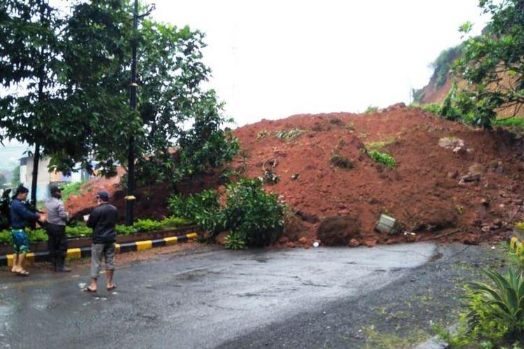 Tebing longsor menutup ruas jalan utama lintas selatan di Kabupaten Cianjur, Jawa Barat, Kamis (9/4/2020)
