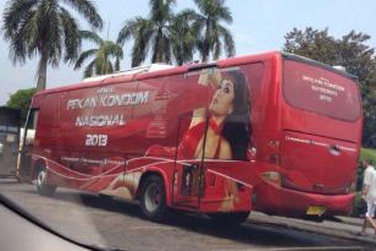 Foto Bus Pekan Kondom Nasional yang beredar di jejaring sosial Twitter