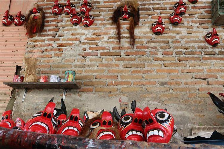 Sejumlah topeng jaranan yang dibuat Heru Suwaskito (48) - Siti Rohmah (40), pasangan suami istri Dusun Kalijaring, Desa Kalikejambon, Kecamatan Tembelang, Kabupaten Jombang, Jawa Timur.