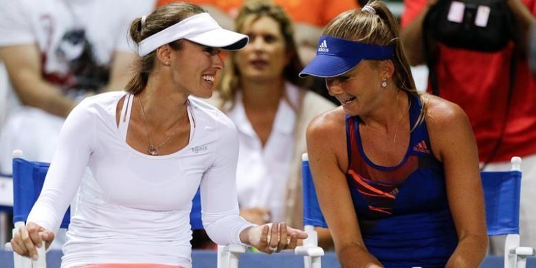 Petenis Swiss, Martina Hingis (kiri) dan Daniela Hantuchova dari Slovakia, berbicara setelah memenangi pertandingan ganda putri melawan Julia Goerges/Darija Jurak, pada babak pertama Southern California Open, Rabu (31/7/2013).