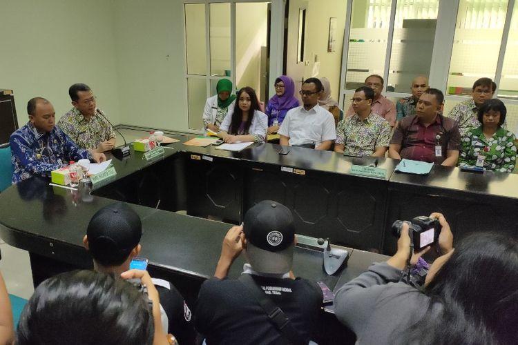Wakil Wali Kota Tegal M. Jumadi didampingi Plt. Direktur RSUD Kardinah Heri Susanto dan jajaran tim medis memberikan keterangan kepada awak media terkait pasien yang diduga terjangkit virus corona, di rumah sakit tersebut, Selasa (4/2/2020).