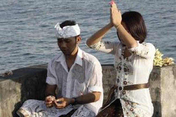 Umat Hindu bersembahyang di Pura Batu Bolong, Pulau Lombok, NTB, Minggu (30/6/2013).