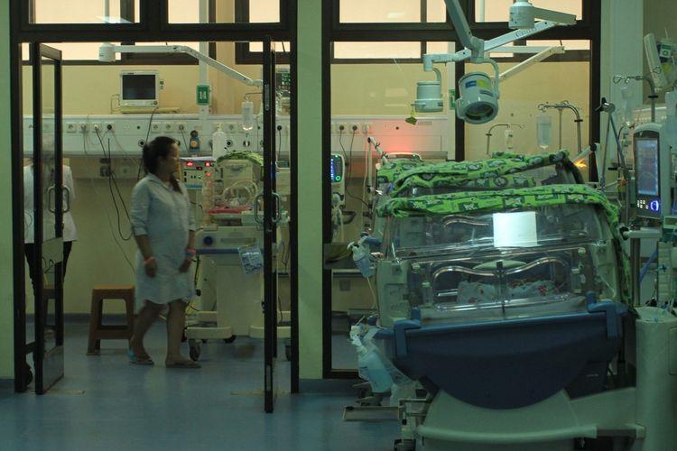 Kristina Andriani (29) ibu bayi kembar empat saat melihat dua anaknya di ruang inkubator rumah sakit Muhammad Hoesin Palembang.